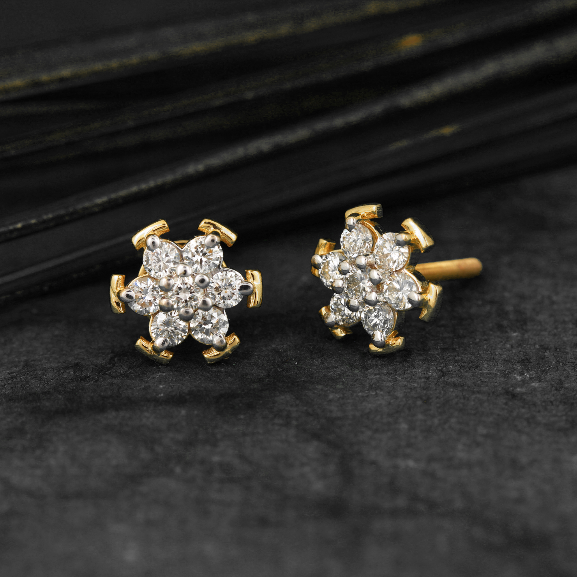 Attractive Earring In Gold with Diamonds